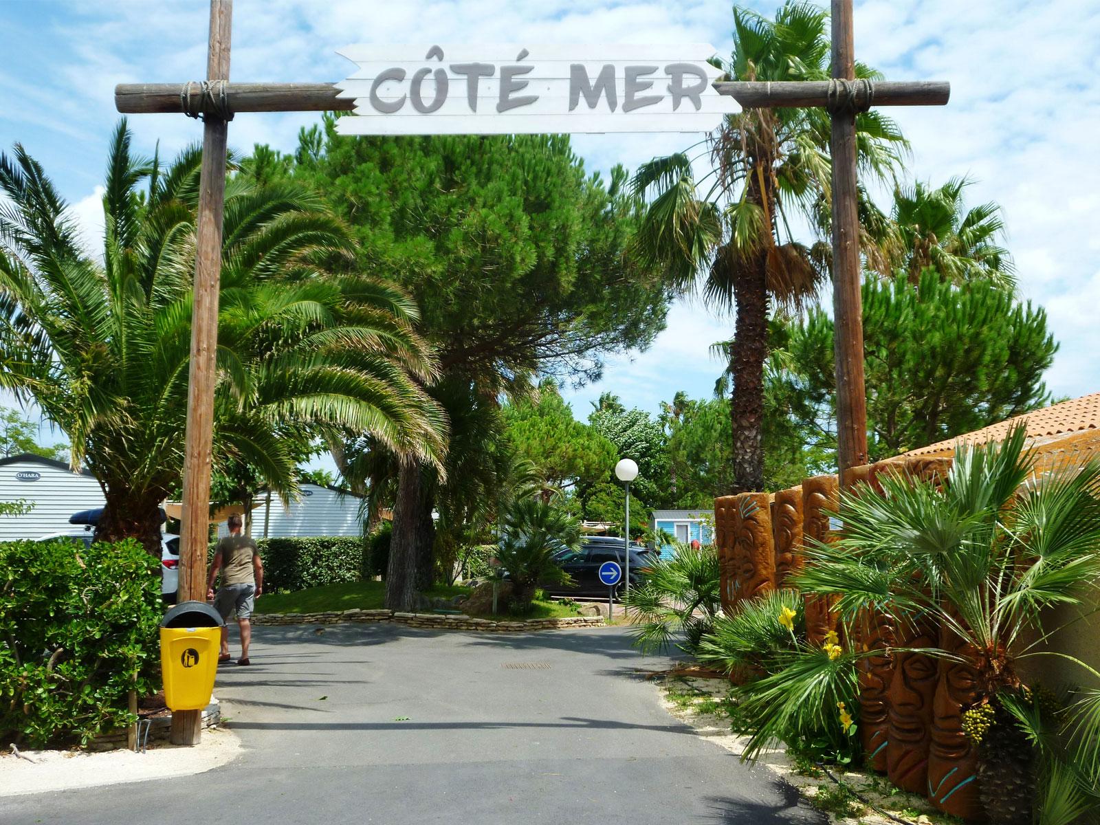 arche en bois entrée côté mer avec palmiers