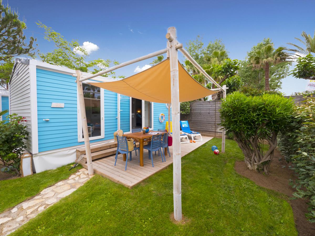 Mobil-home et terrasse couverte dans quartier à thème au camping club farret