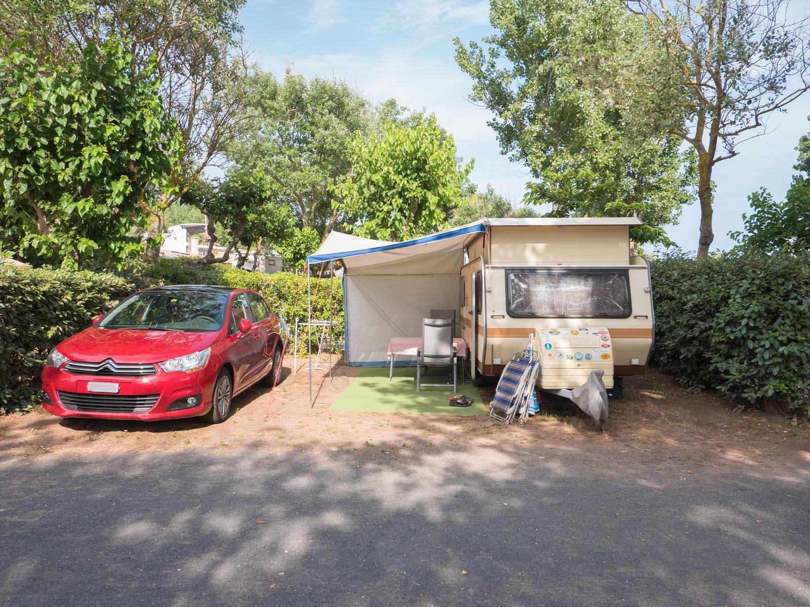 Caravane et voiture sur emplacement de camping