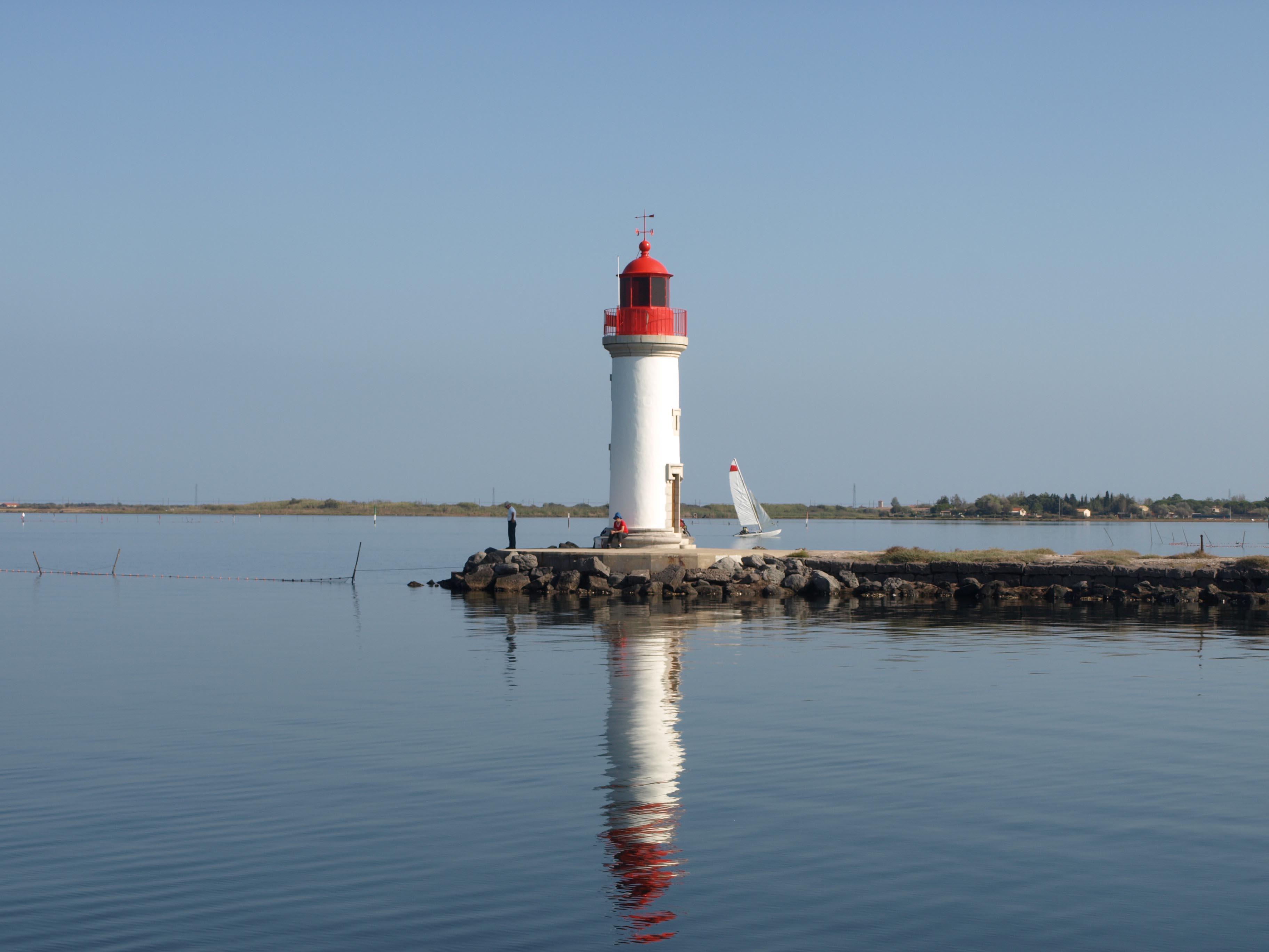 Petit phare au bord de la mer