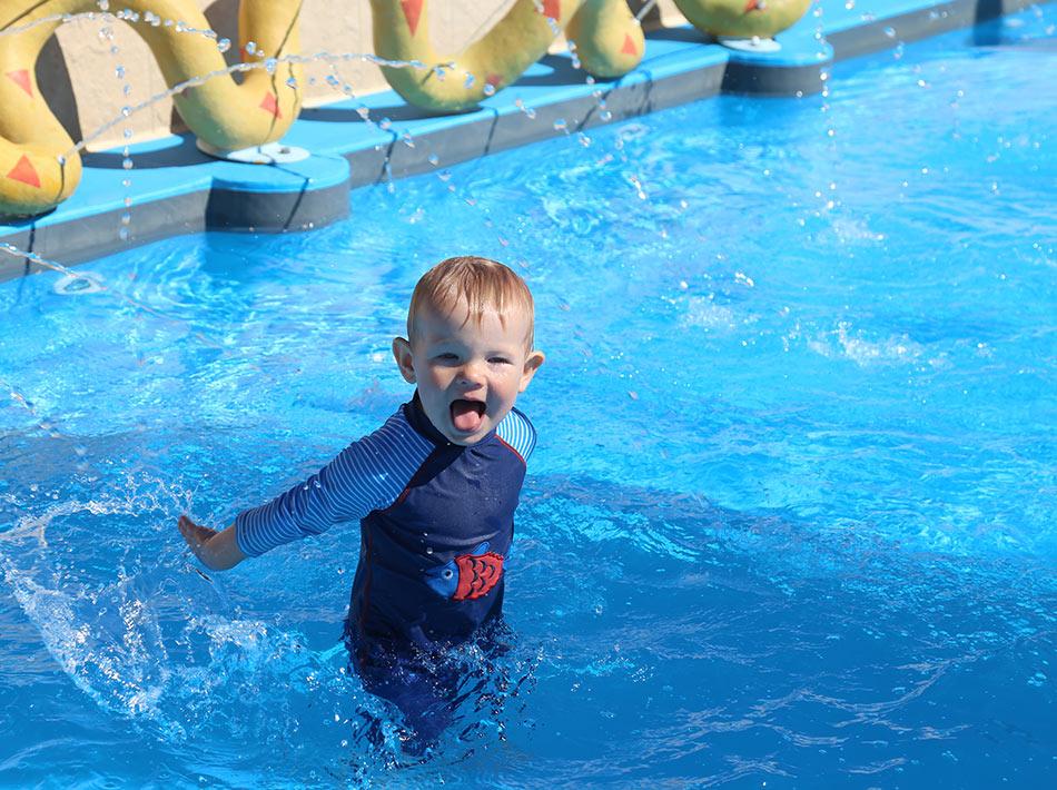 enfant qui s'amuse dans la pataugeoire piscine farret