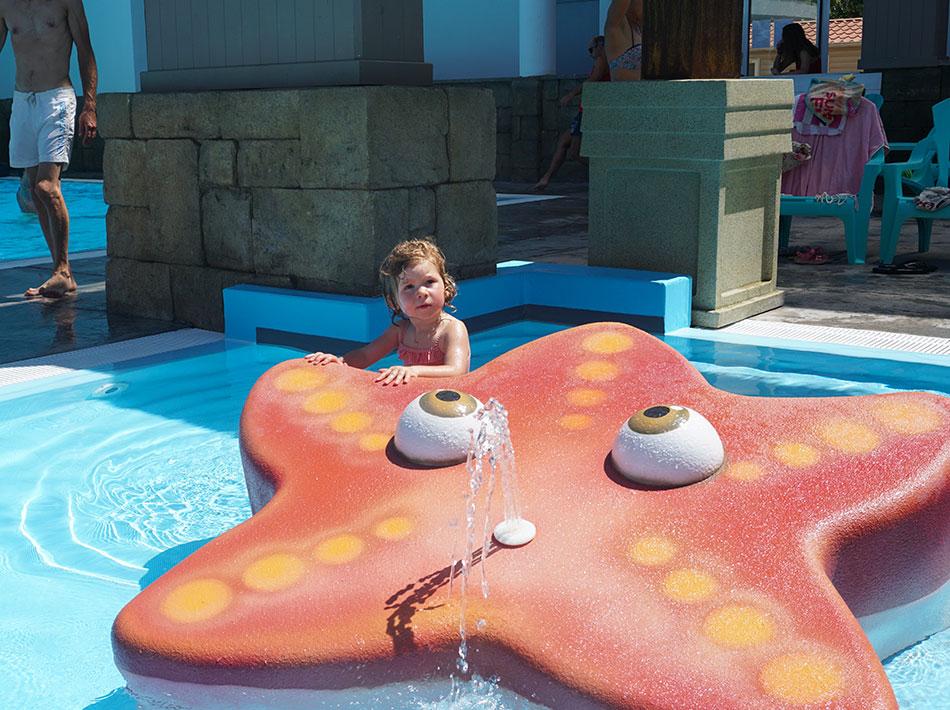 espace aquatique dans piscine couverte avec toboggans