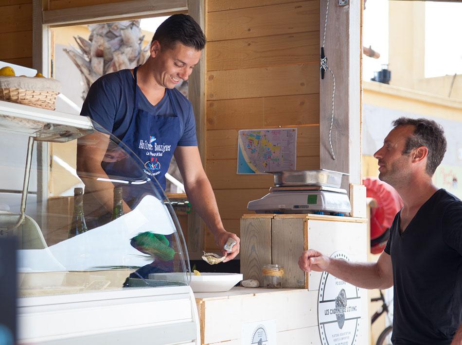 Au camping Yelloh ! village poissonnerie avec vente de fruits de la mer, huîtres de Bouzigues