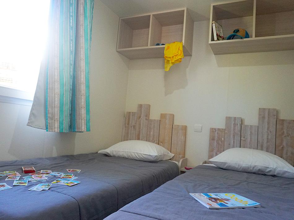 Chambre enfants avec deux lit simples et espace de rangement, yelloh village club farret