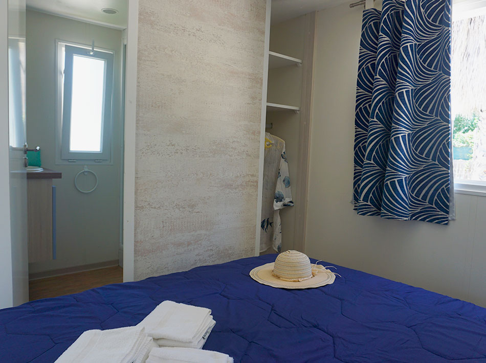 Cottage Pacific au Club farret chambre avec lit double et salle de bain privative