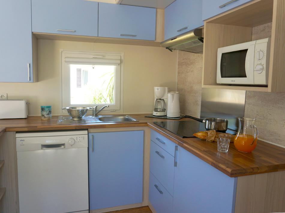 cuisine spacieuse et équipée, mobil-home entièrement rénové, au camping club farret dans l'Hérault