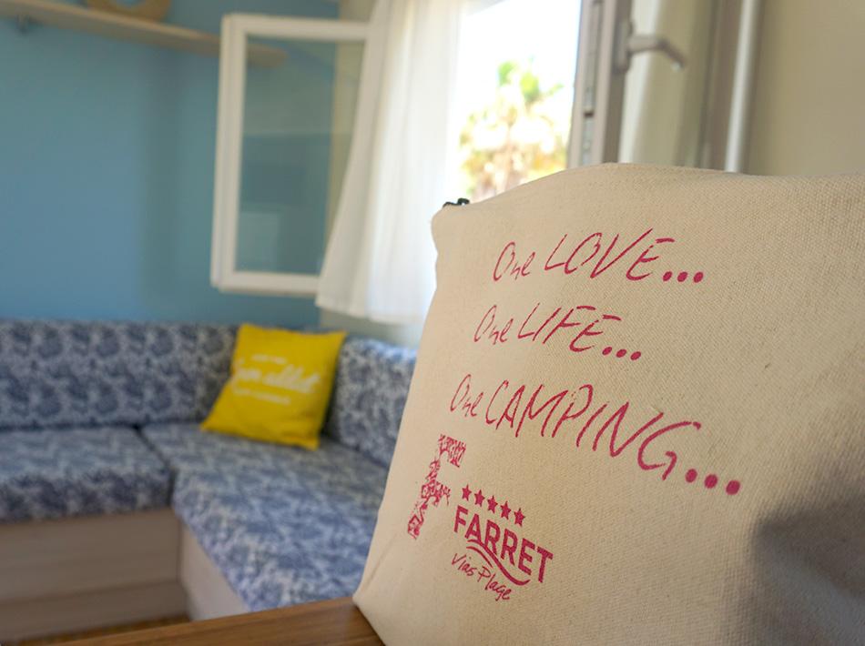 Kit accueil et bouteille de vin offerts vacances au camping club farret Yelloh Village