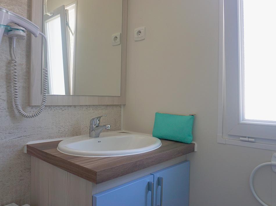 Chambre parentale avec salle de bain privé dans mobil-home 6 personne à Vias Plage