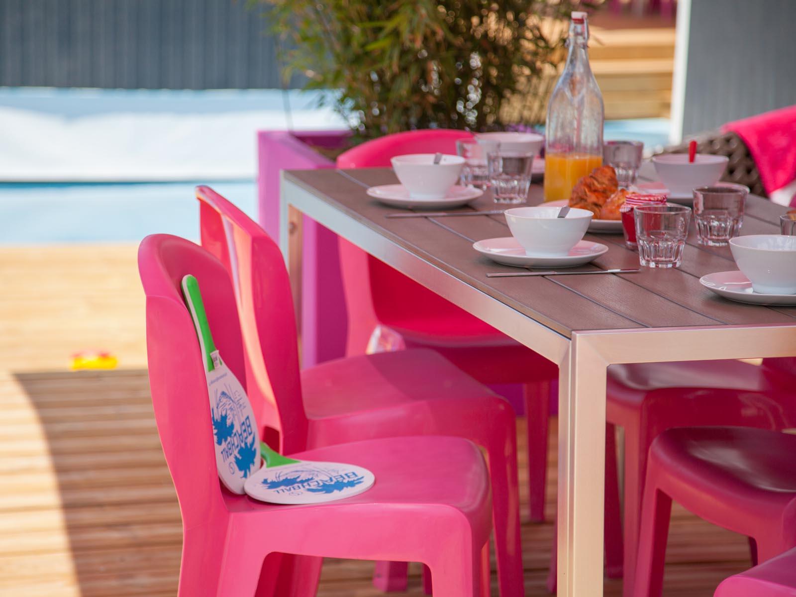 Chaises roses et table de jardin sur terrasse