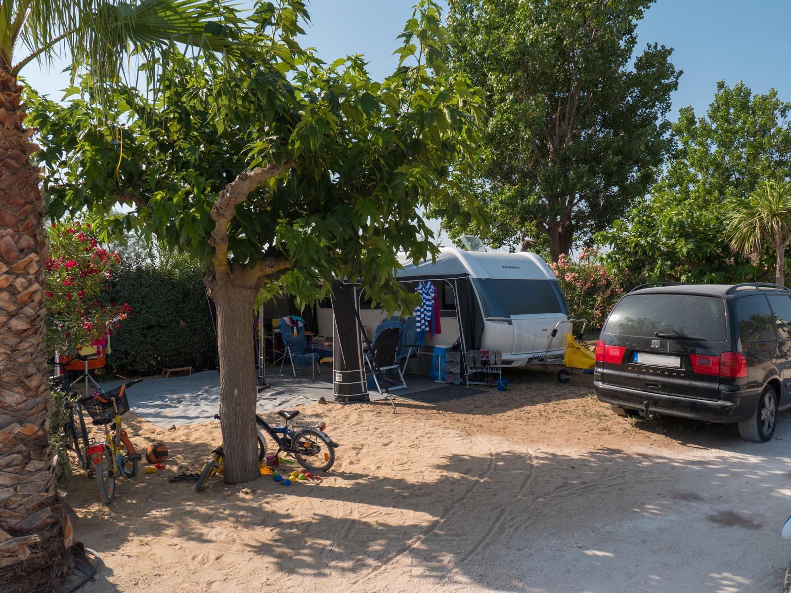 Voiture et caravane sur emplacement
