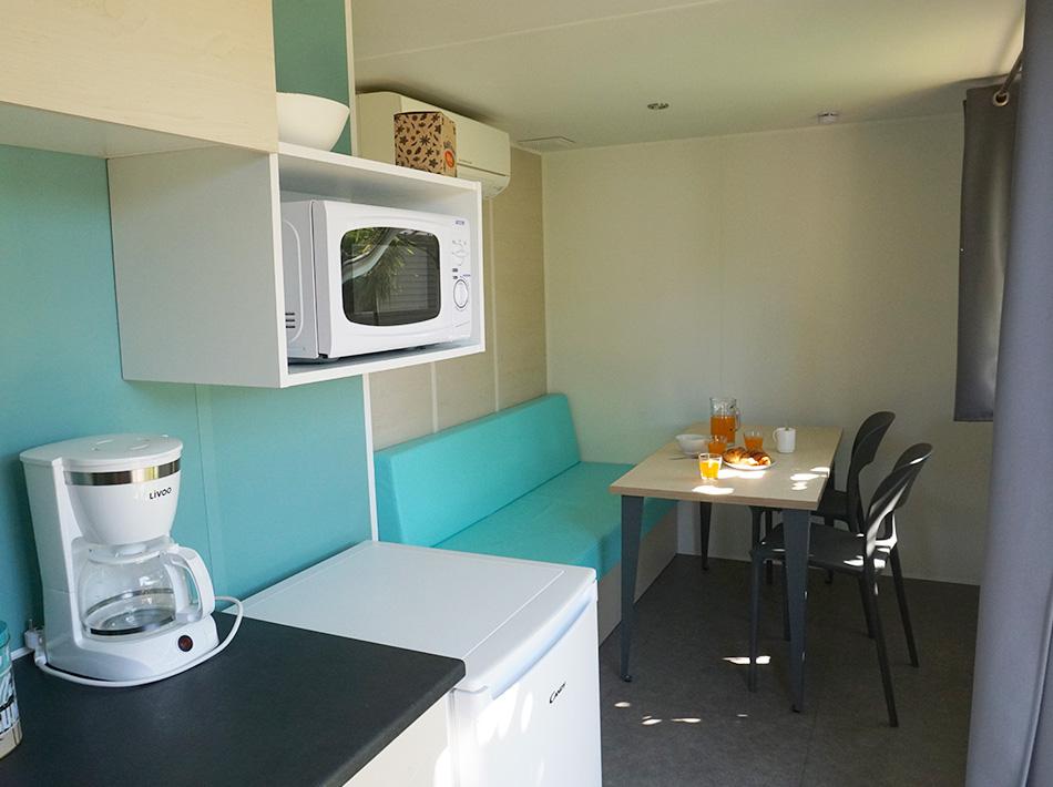 Bungalow avec cuisine tout équipé pour deux personnes en camping à Vias Plage