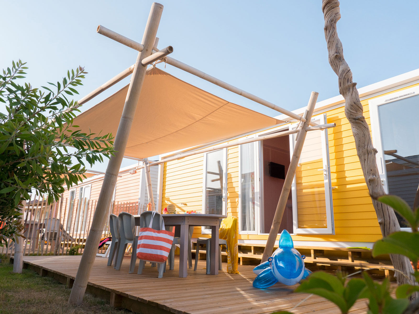 cottage jaune avec voile