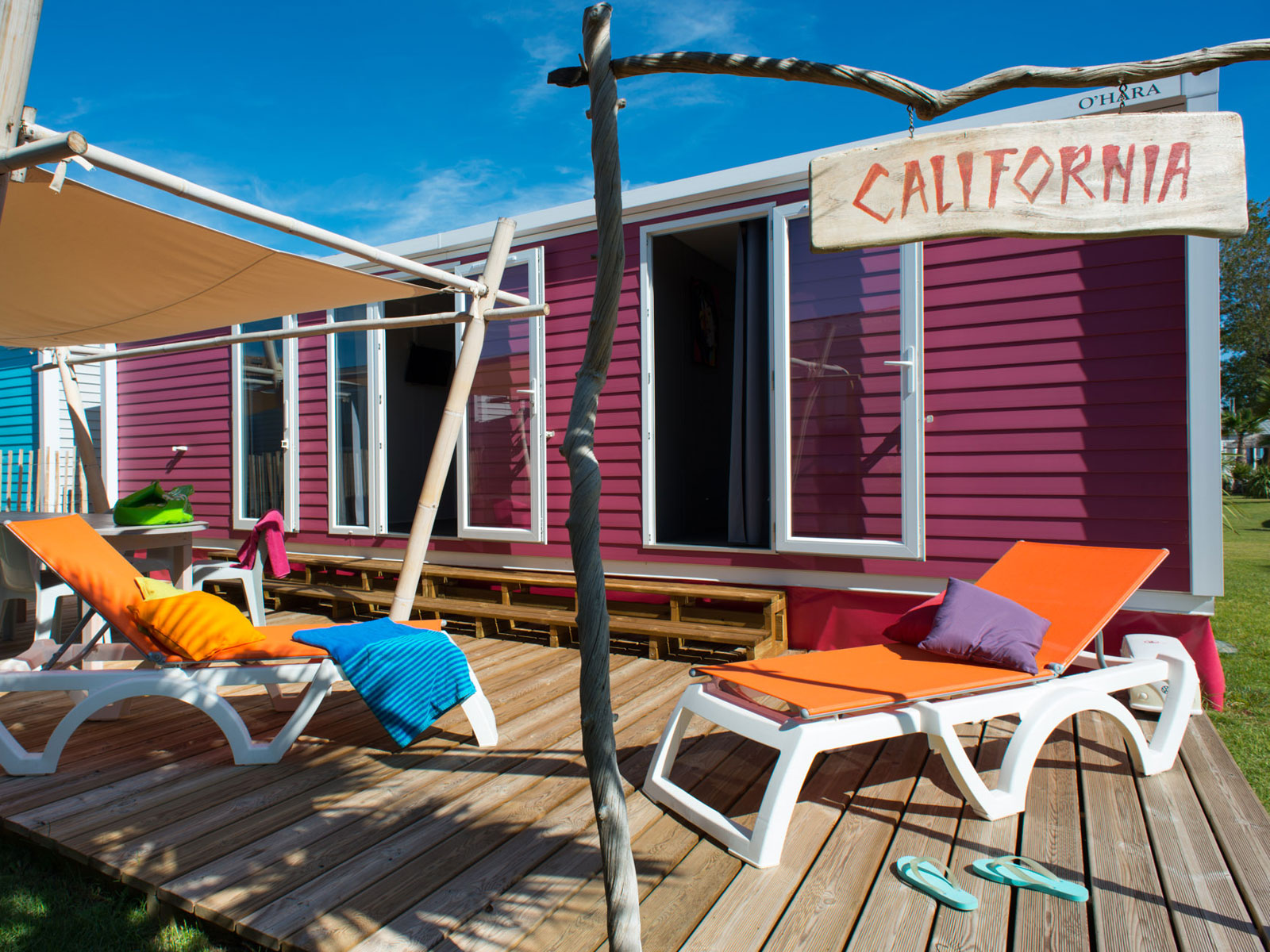 cottage rose avec terrasse bois
