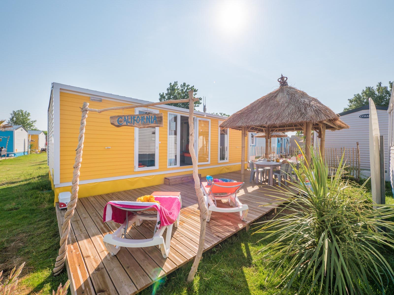 cottage jaune avec paillotte