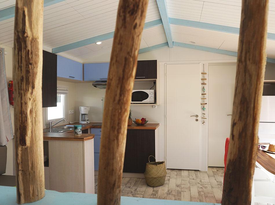 mur en bois flotté cuisine équipé location haut de gamme et confort