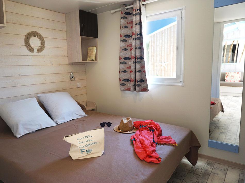 chambre parentale avec lit double décoration cabane de pêcheurs grand miroir et rangements