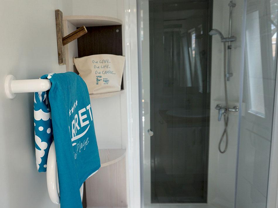salle de bain serviette de plage bleu avec douche et lavabo