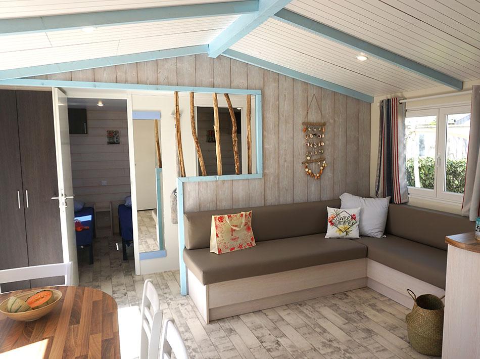 location insolite mur en bois flotté salon avec banquette et salle à manger