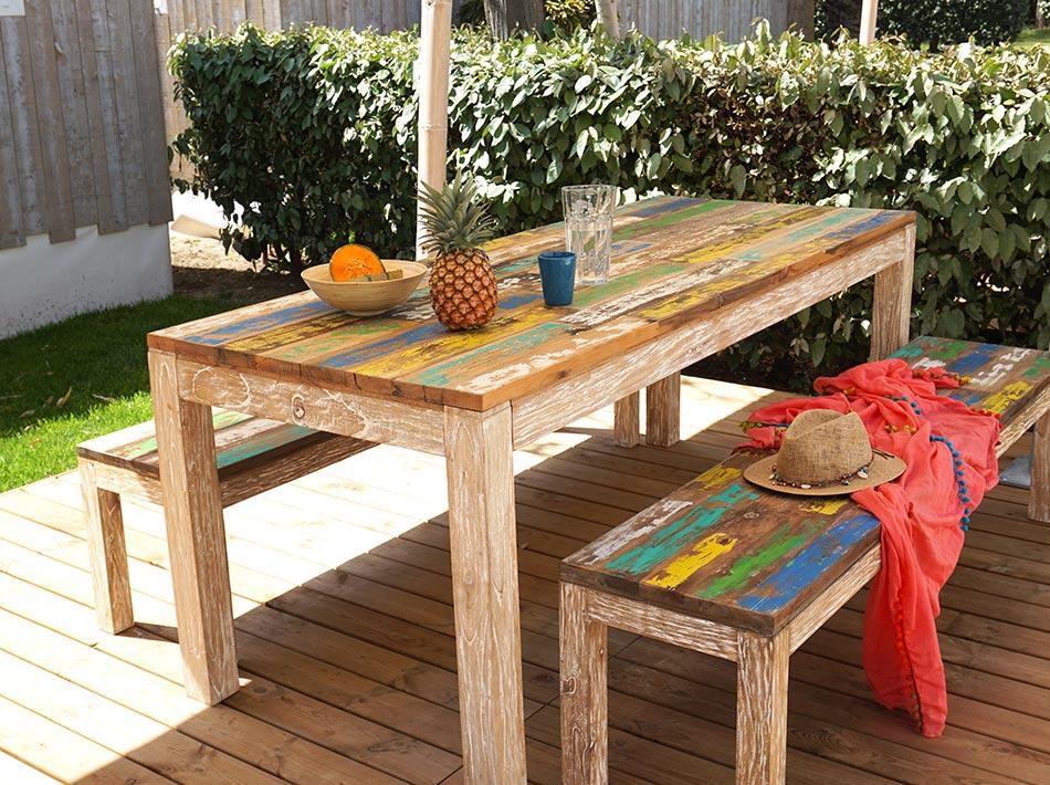 table et bancs en bois style palette terrasse en bois jardin gazon hébergement haut de gamme