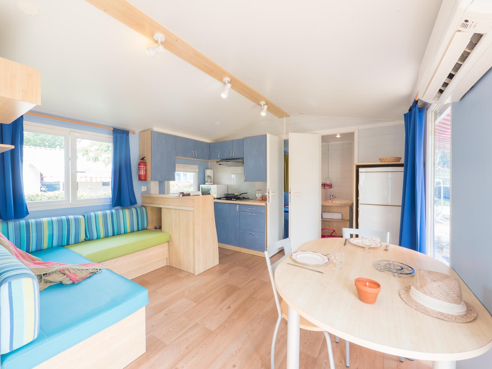 Salon, cuisine et salle à manger dans mobilhome
