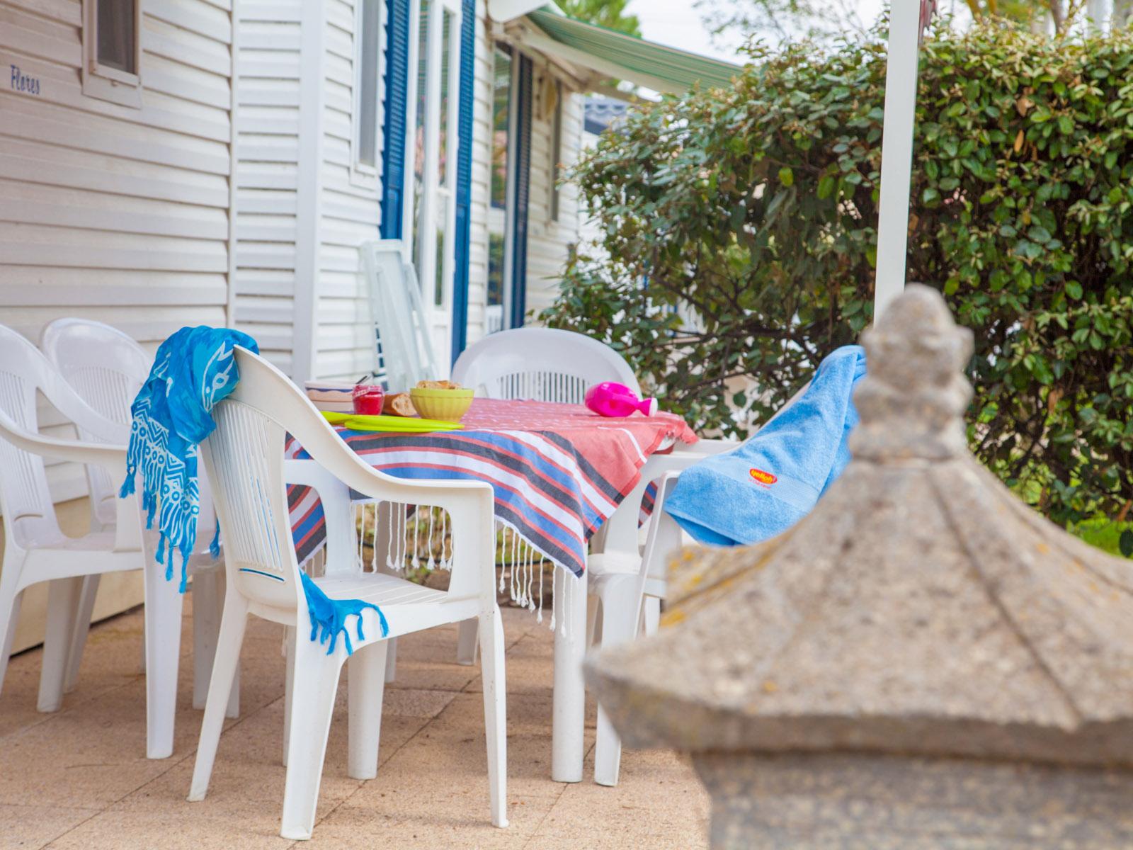 Chaises en plastique sur terrasse de camping