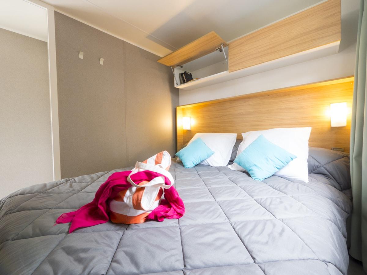 chambre parentale dans cottage au camping club farret