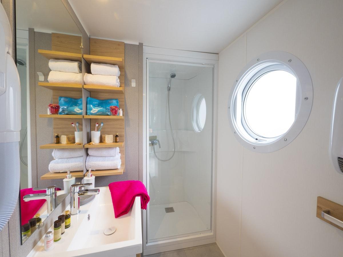 salle de bain avec grande douche pour mobil-home 2 chambres vacances en famille dans l'hérault