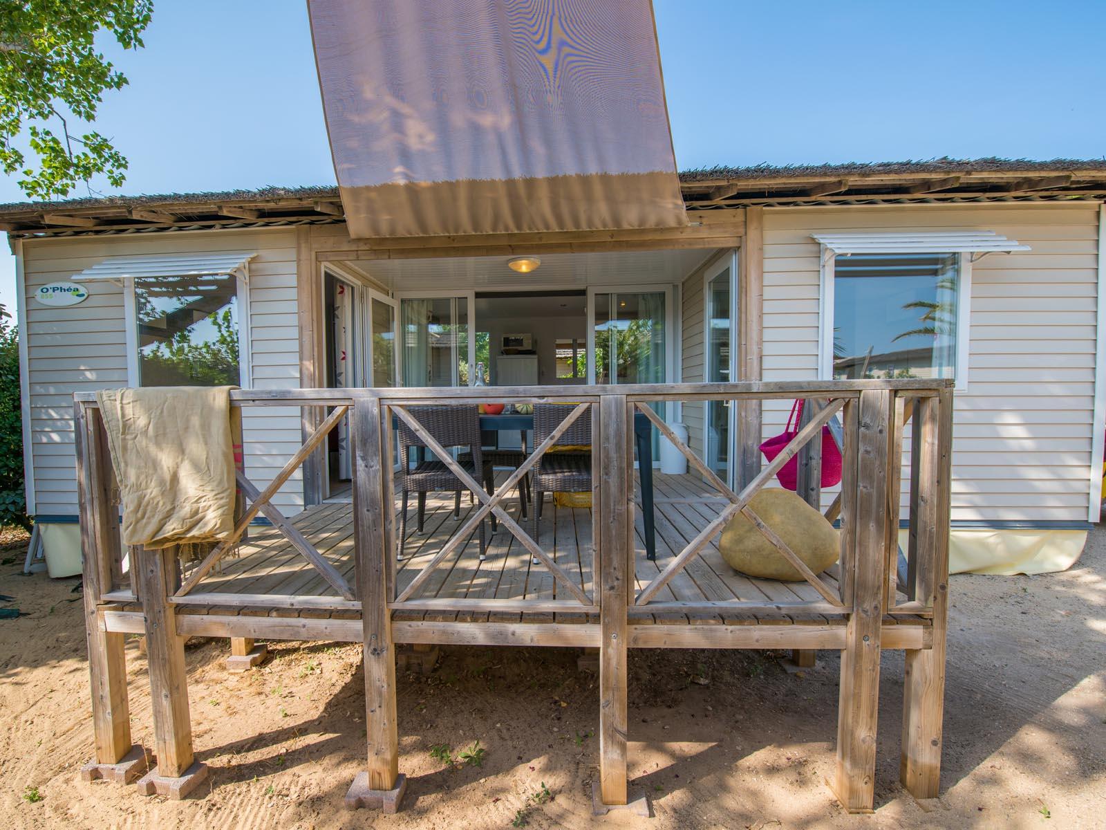 Terrasse surélevée sur sable devant cottage