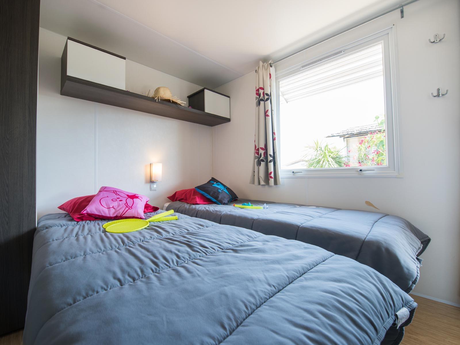 Chambre avec deux lits dans mobilhome