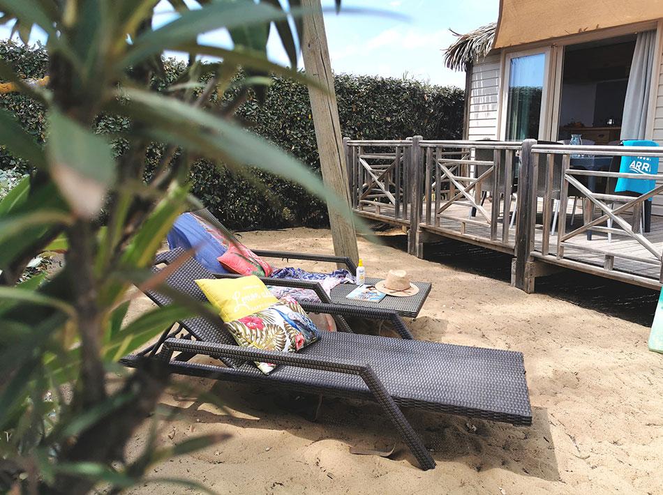 Weelderige vegetatie, ligstoelen, vakantie in Zuid-Frankrijk, natuur