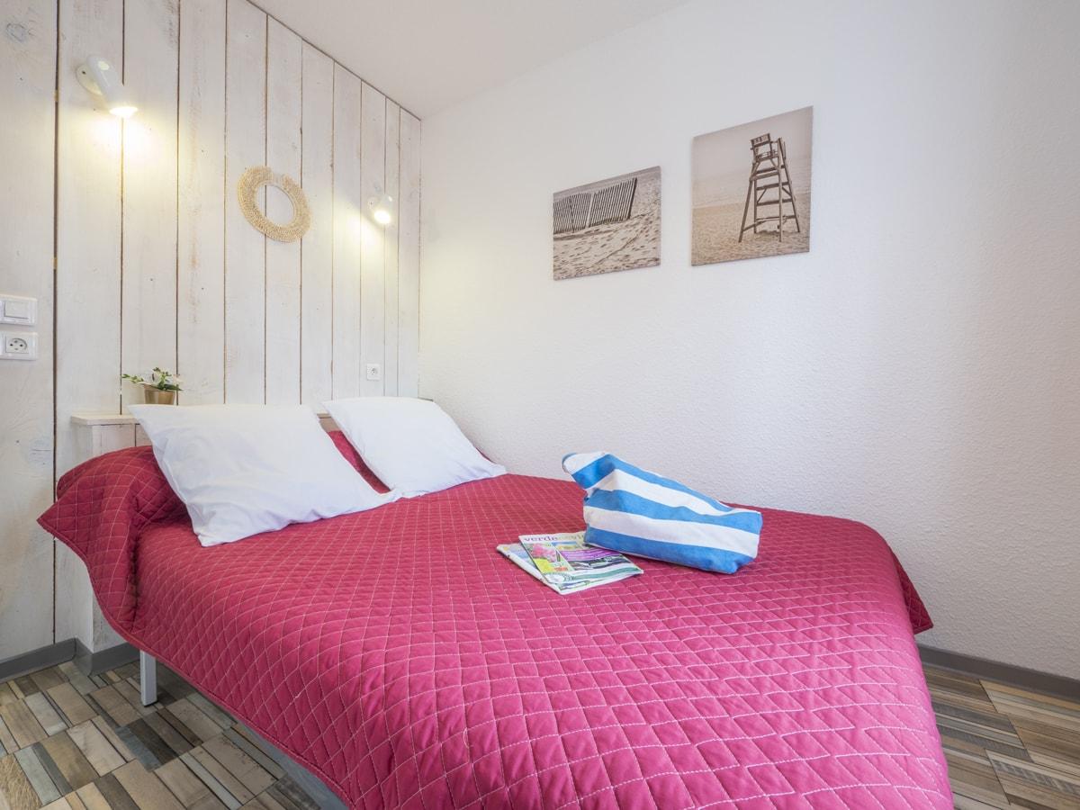 Chambre avec lit double pour parents décoration romantique dans cabane en bois en bord de mer