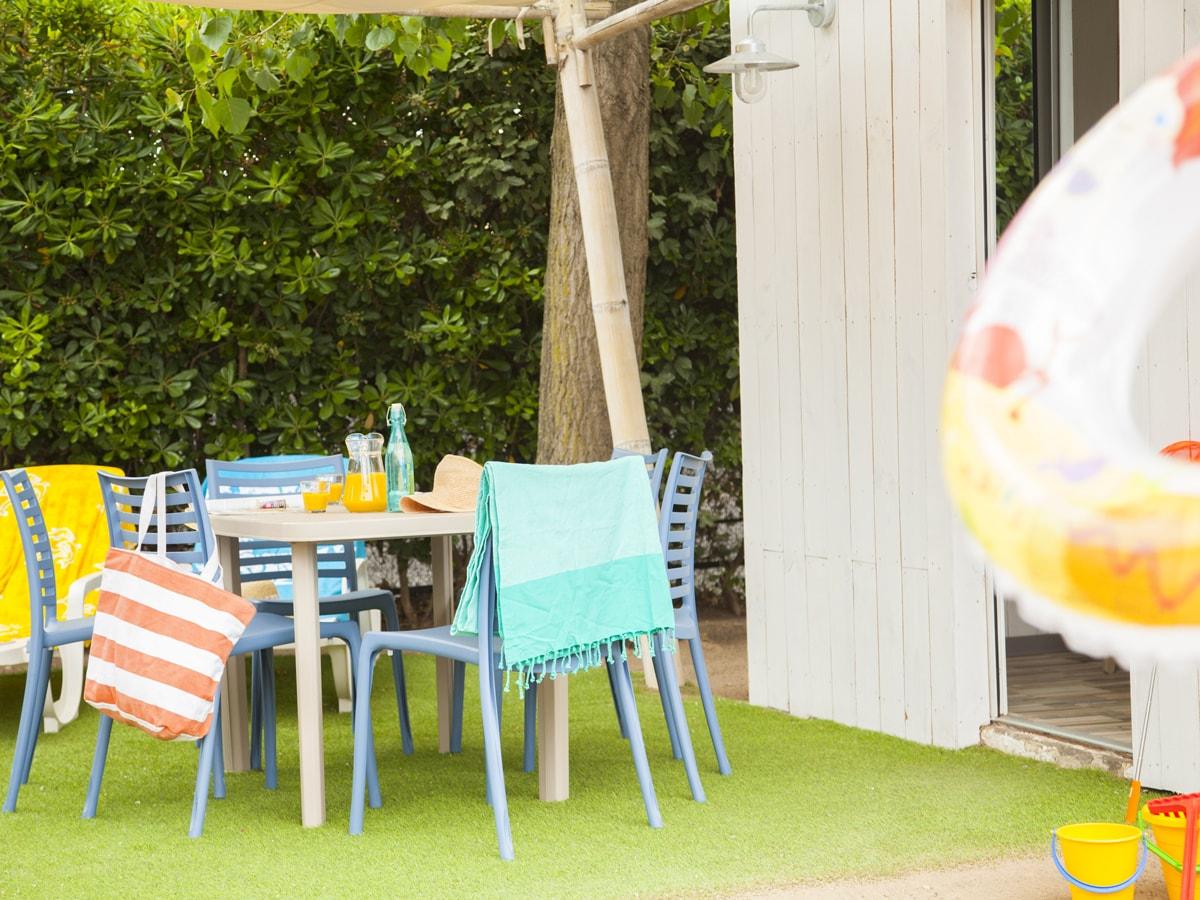 Salon d'extérieur avec pelouse et voile d'ombrage dans l'hérault