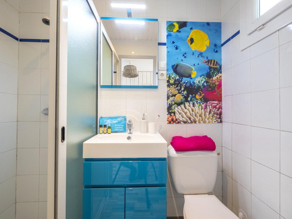 salle de bain avec douche et vasque neuve et rangement