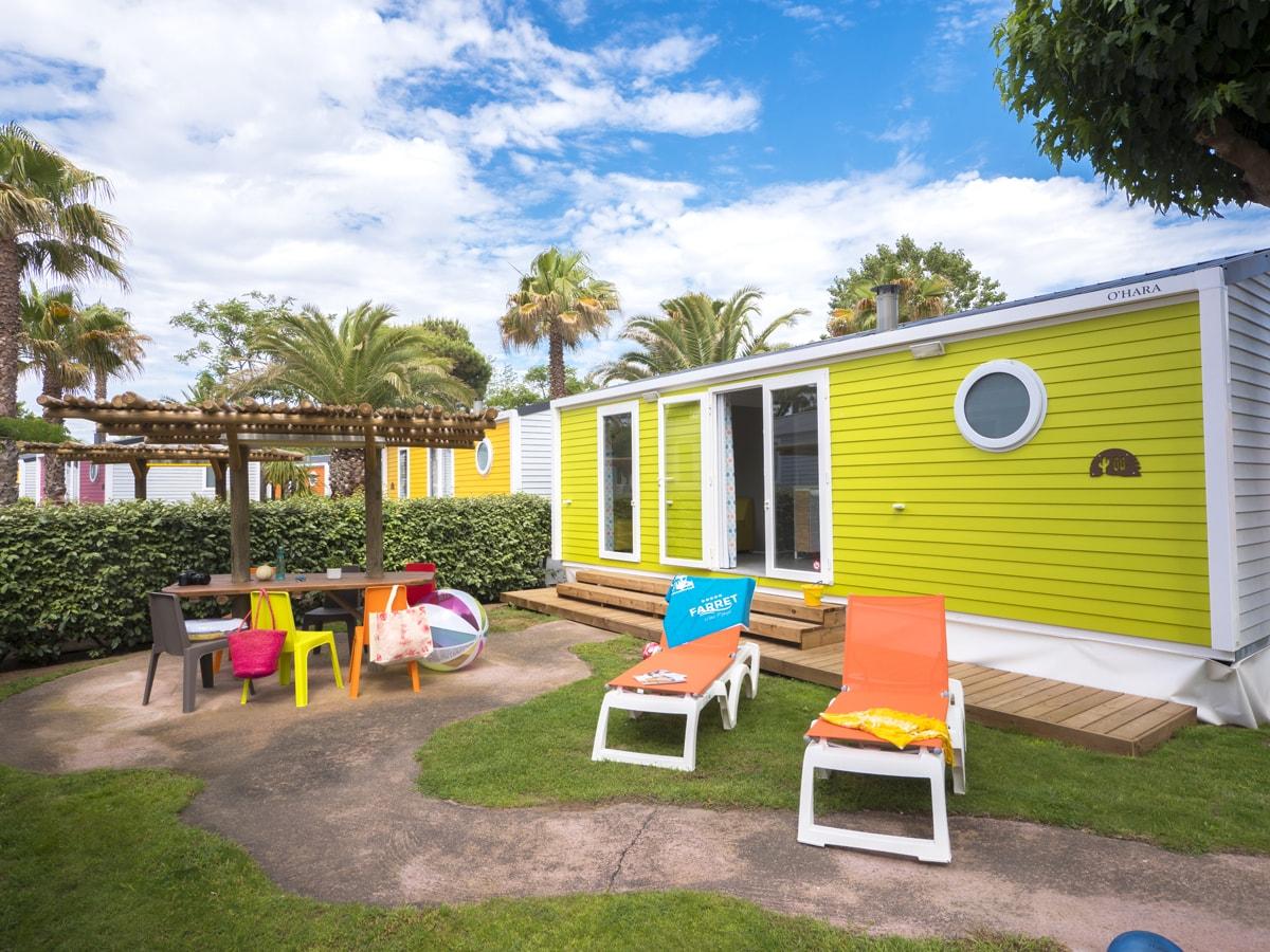 location camping bord de mer cottage coloré thème mexicain