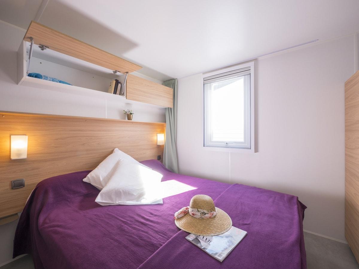 chambre avec lit double pour deux personnes couvre lit violet