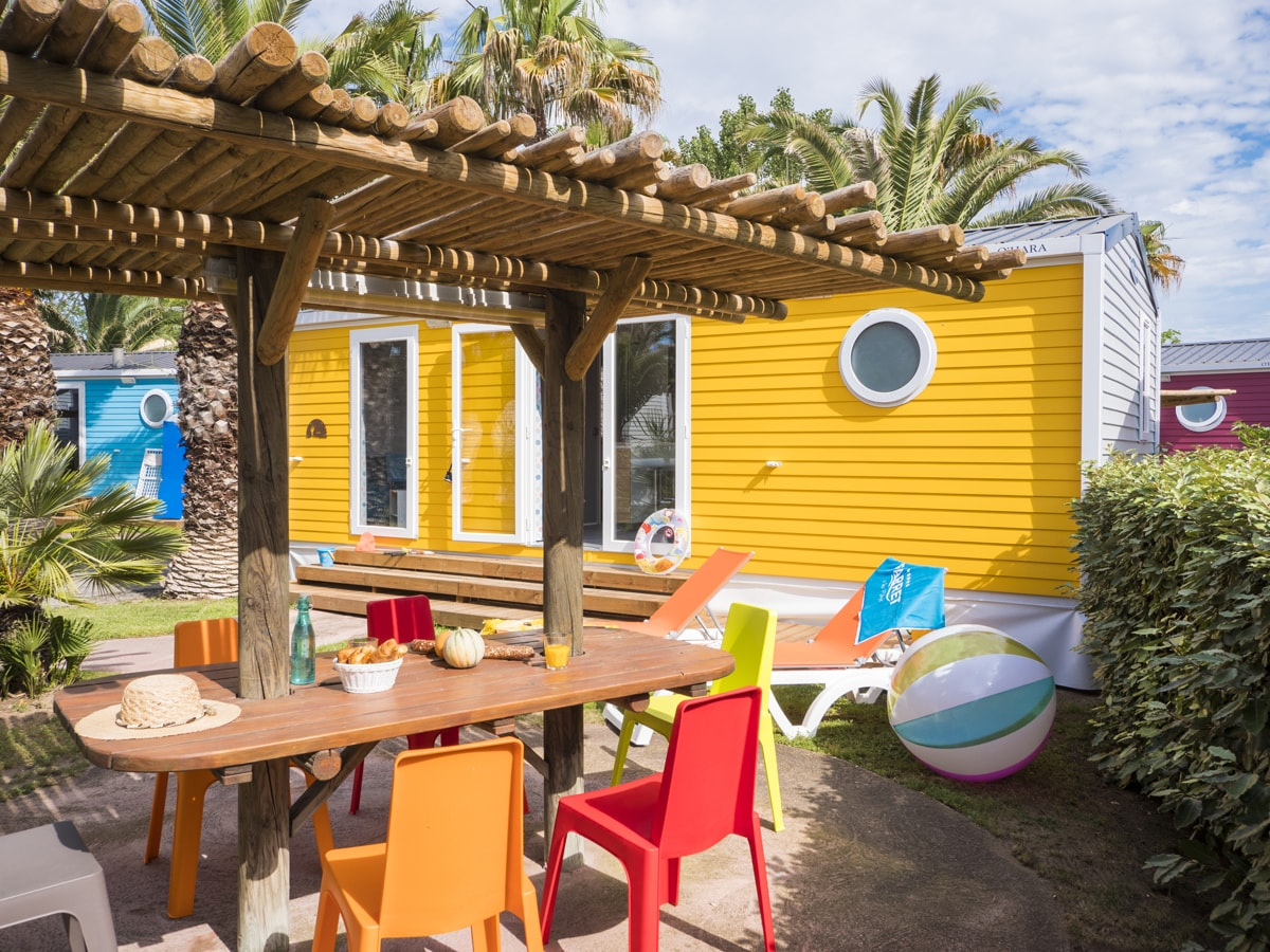 Location avec terrasse couverte pour un petit déjeuner en famille à vias plage