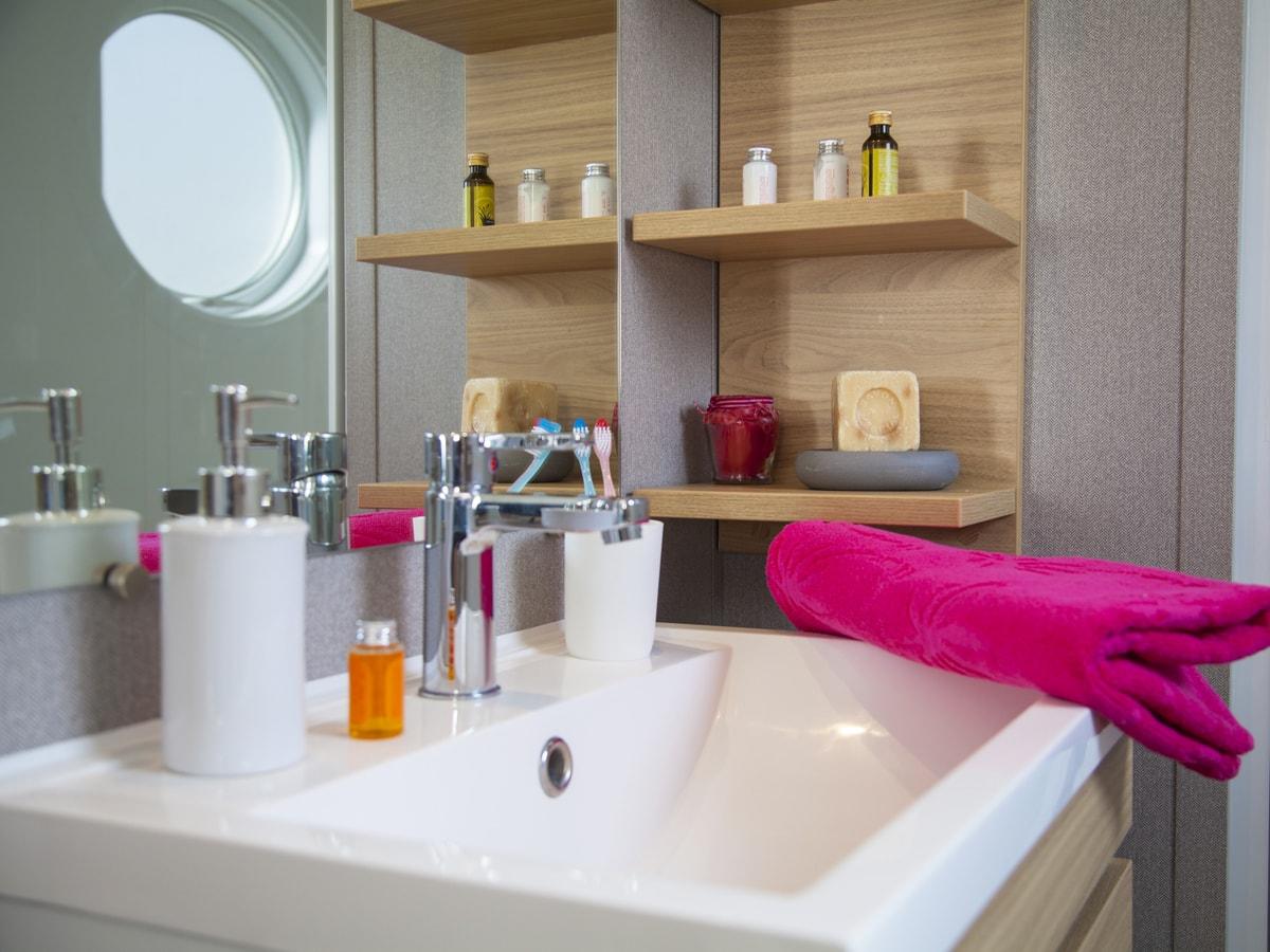 salle de bain moderne et équipé d'un sèche-cheveux avec nombreux placards de rangement