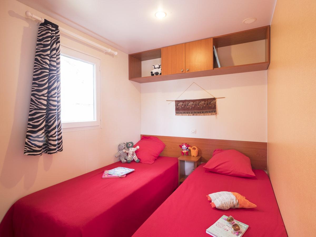chambre avec lits simples pour enfants dans mobil home climatisé