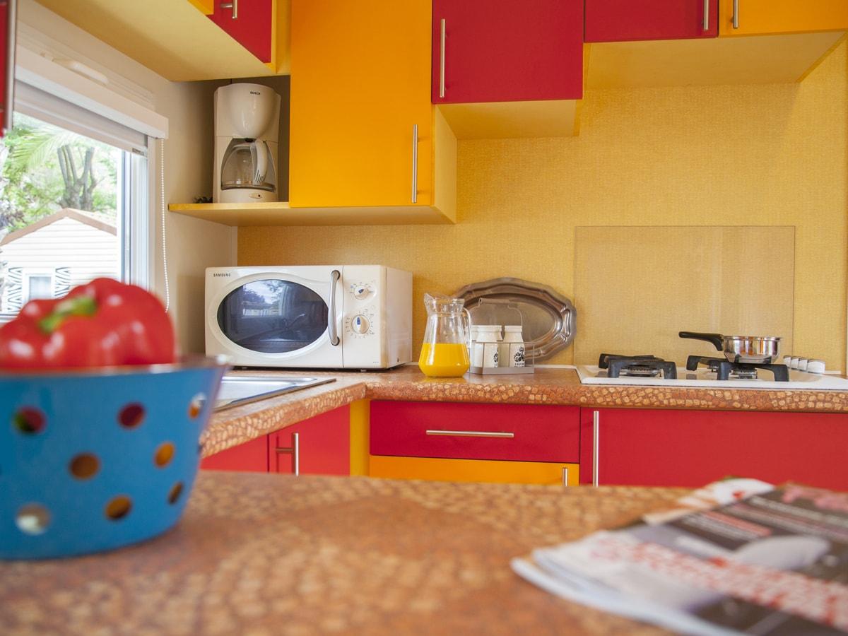 cuisine avec grand plan de travail et équipée (micro-onde, cafetière)