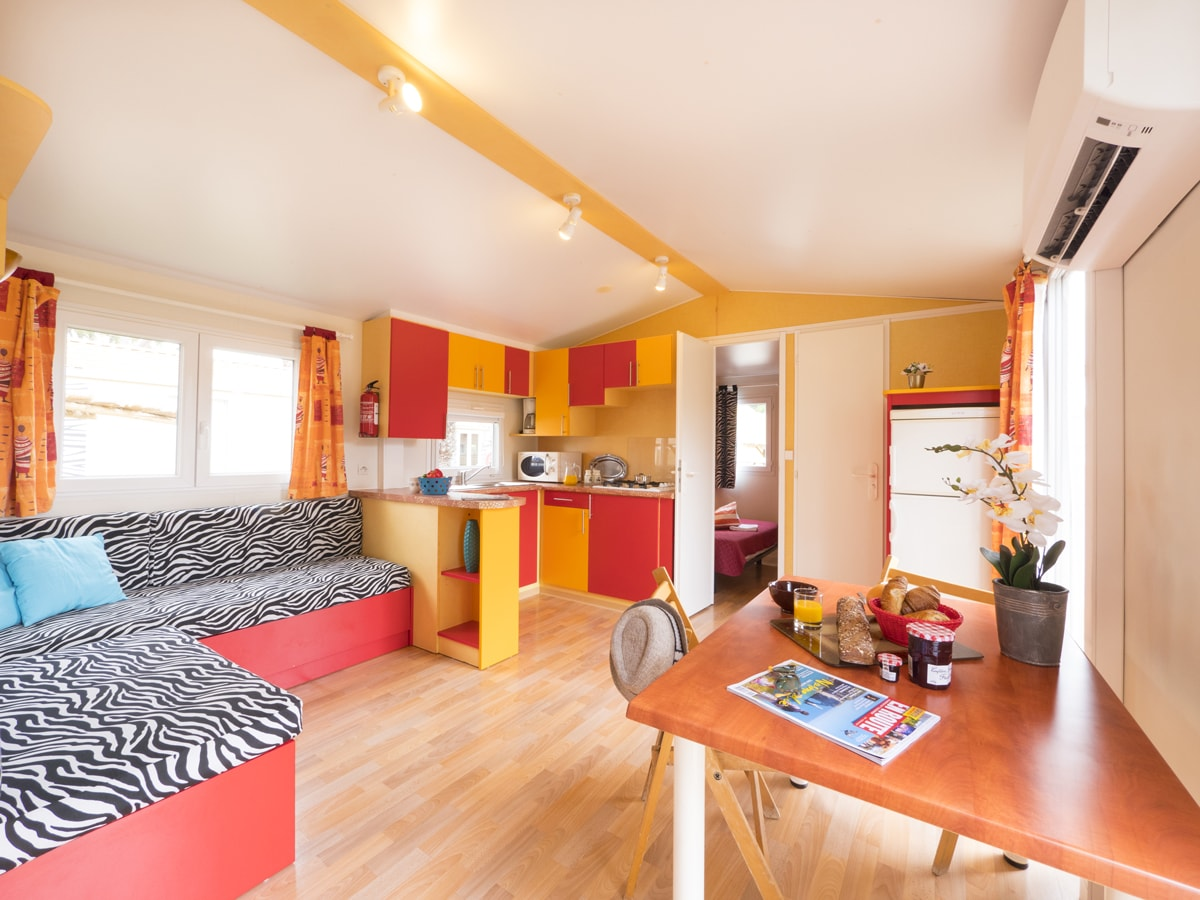 mobil-home climatisé avec banquette convertible décoration africaine