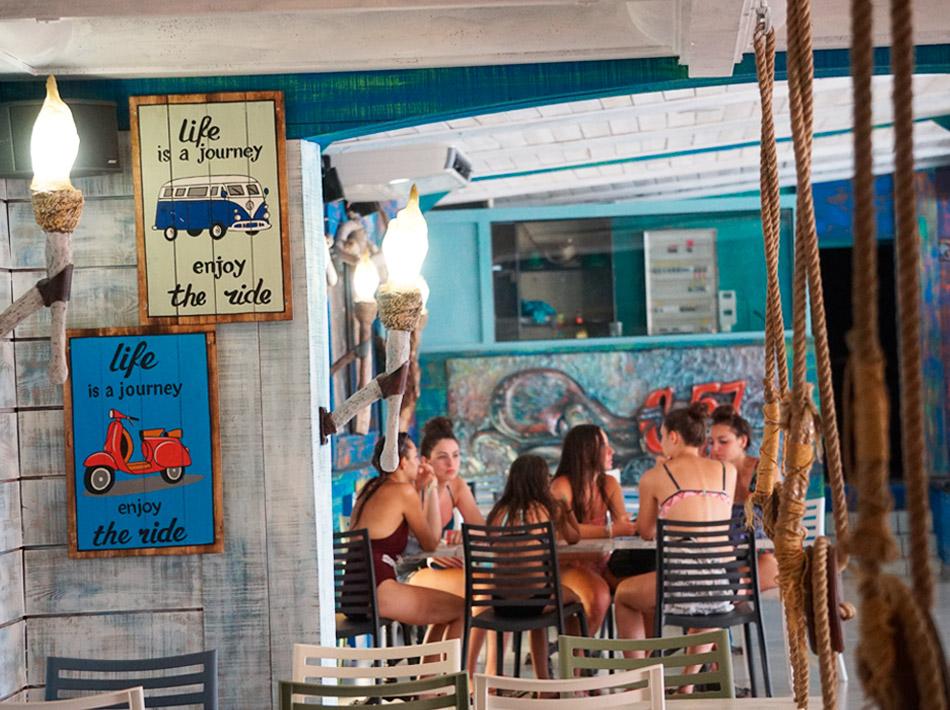 adolescents dans bar au camping Club Farret vacances en famille