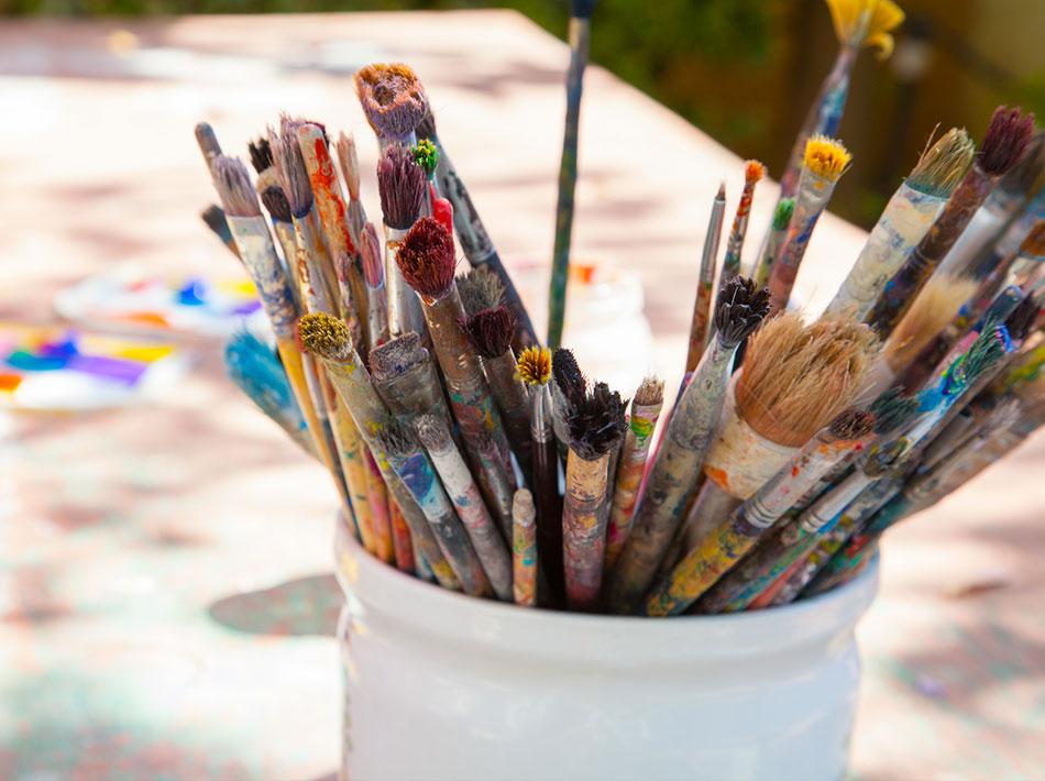 pot de pinceau pour atelier de peinture