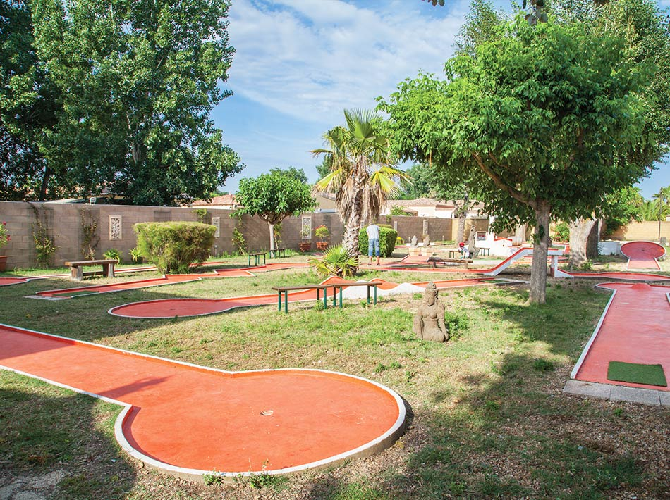 Vue d'ensemble sur le mini-golf le lodge au camping club Farret