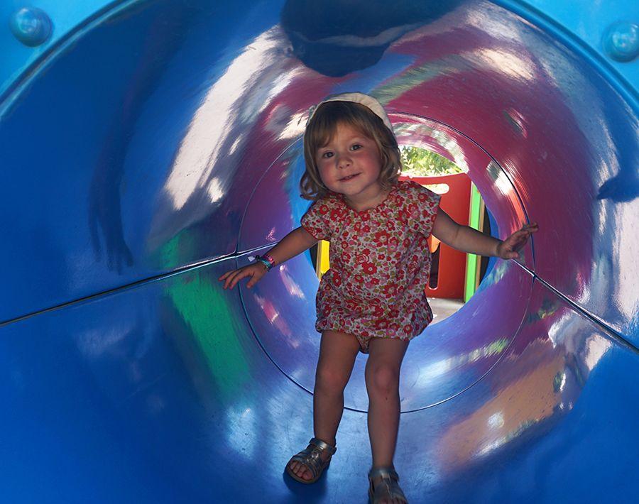 aire de jeux pour enfants à côté de la piscine tao, club farret Vias Plage