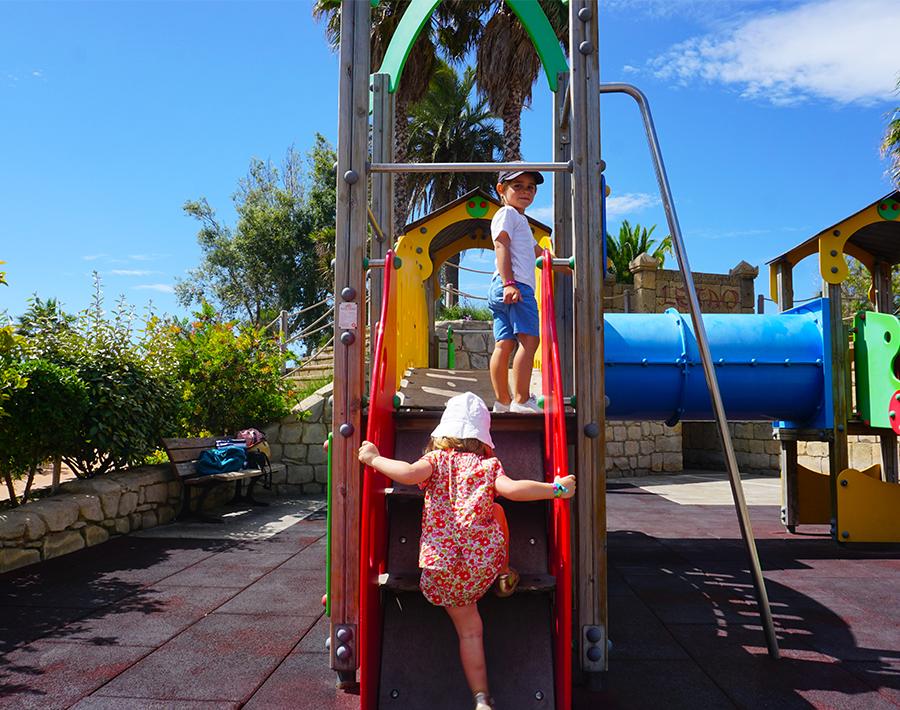 aire de jeux pour enfants en bas âge, mur d'escalade, toboggans, barre de pompier