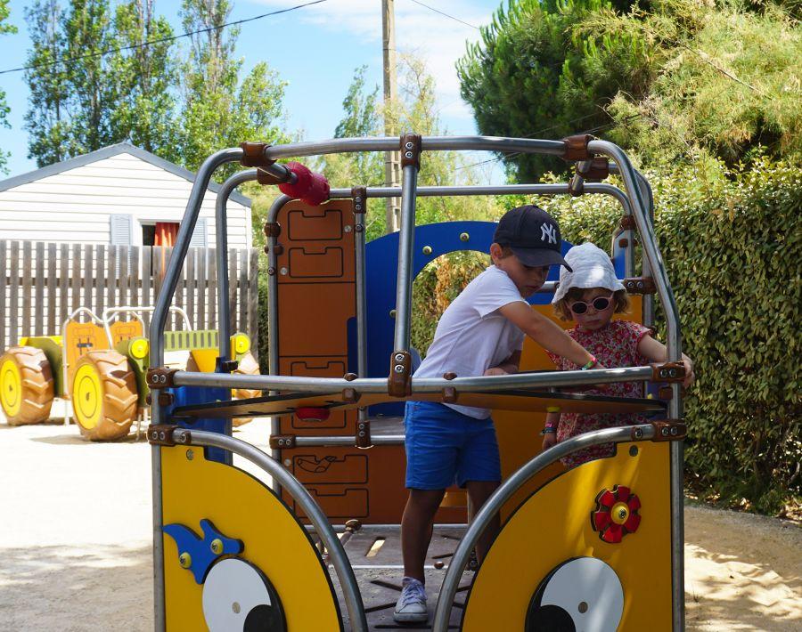 jeux pour enfants style van Volkswagen au camping Beach Farret