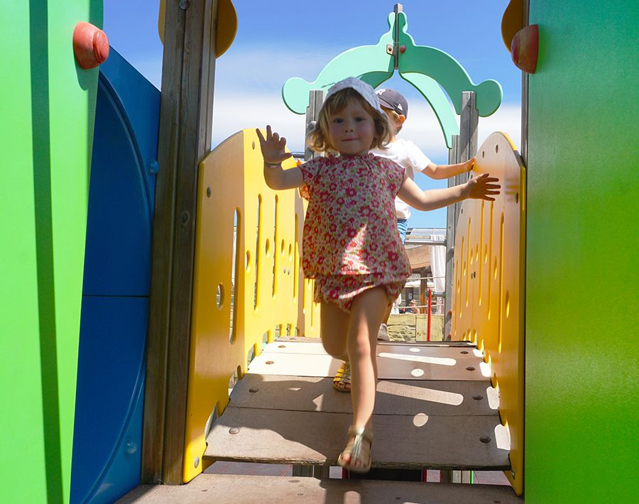 espace de jeux pour enfants avec toboggans