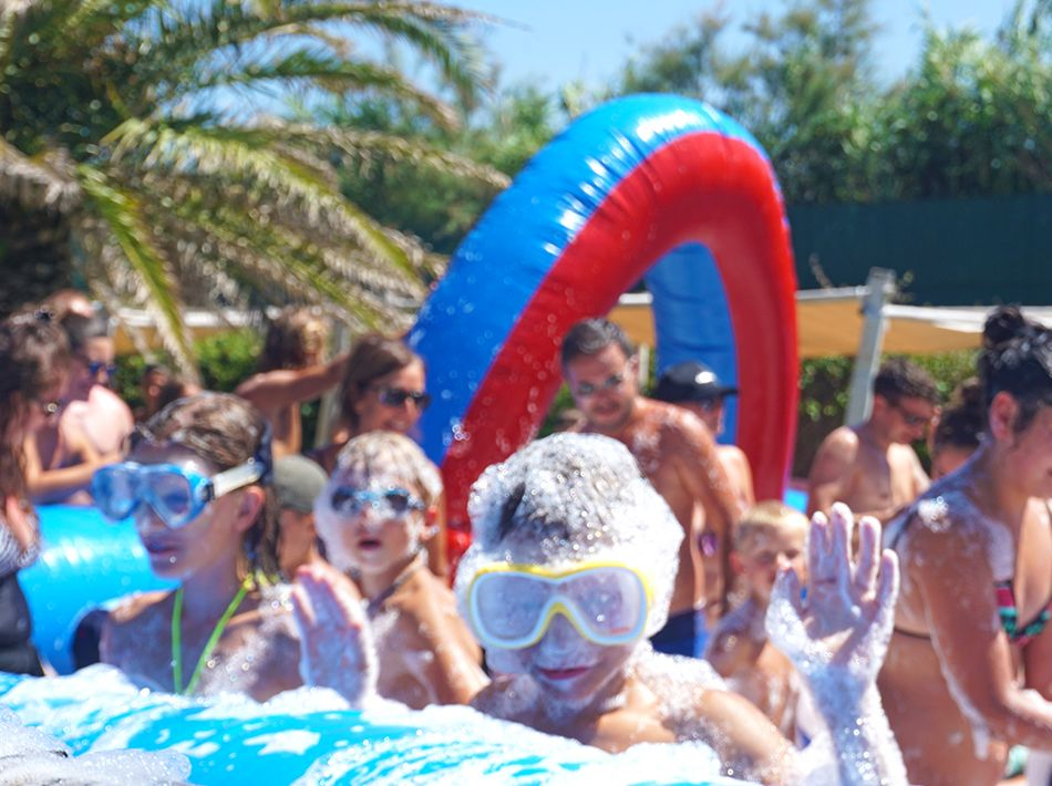 mousse party avec le kids club, camping yelloh ! village