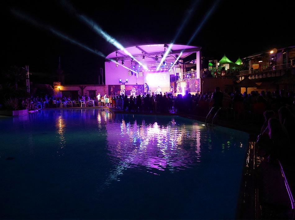 scène spectacle avec vue sur piscine hypnose