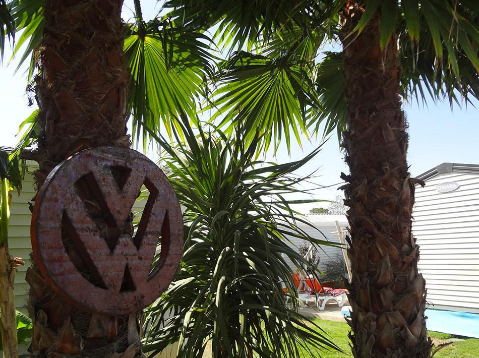 Palmiers avec déco signe volkswagen bungalow california